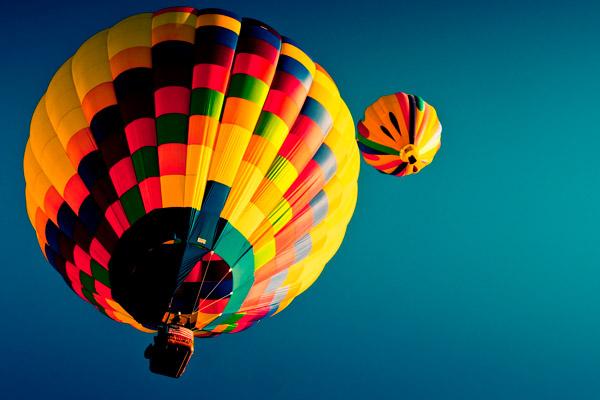 Cine pilotează balonul cu aer cald?