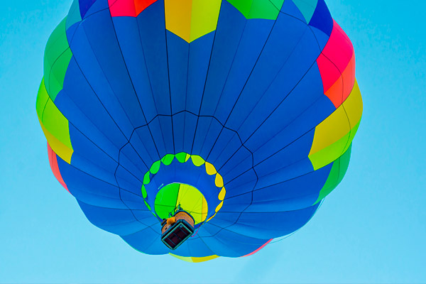 În ce condiții poate zbura balonul cu aer cald?